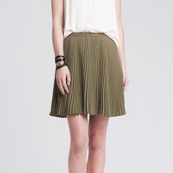 Banana Republic NWT olive pleated mini skirt sz 6